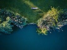 Odgórny widok mały jezioro wokoło zieleni drzewa i z małą ulicą lub ścieżką Zdjęcia Royalty Free