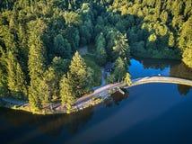 Odgórny widok mały jezioro wokoło zieleni drzewa i z małą ulicą lub ścieżką Zdjęcie Stock