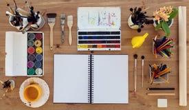 Odgórny widok malarza miejsce pracy Drewniany biurko z akwareli, aquarelle i guaszu farb kolorową paletą dla hobby, zdjęcia royalty free
