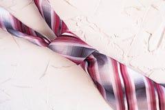 Odgórny widok me modny pasiasty krawat na pięknym tle Szcz??liwy ojca dnia kartki z pozdrowieniami poj?cie obraz royalty free