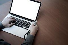 Odgórny widok medycyny lekarki ręka pracuje z nowożytnym komputerem zdjęcie stock