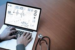Odgórny widok medycyny lekarki ręka pracuje z nowożytnym komputerem obraz stock
