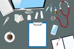 Odgórny widok medyczny stół z doktorskimi akcesoriami Obrazy Stock
