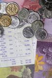 Odgórny widok, mieszkanie Lay/wydawać pieniądzy i zapłata Ilustrujący z monetami, banknotami i kwitem, tapetujemy zdjęcia stock