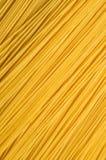 Odgórny widok, mieszkanie nieatutowy Surowy żółty spaghetti rozkładający diagonally struktura zdjęcia stock