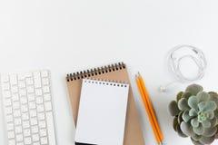 Odgórny widok modny Biały Biurowy biurko z klawiaturą, białymi słuchawkami i biurowymi dostawami, obrazy royalty free