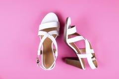 Odgórny widok modny kobiecy środek heeled kobiety ` s rzemiennych buty pastelowi kolory na piętach/klin dla lato sezonu obrazy stock