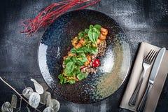 Odgórny widok na świeżej Quinoa sałatce z kurczaka tempura, czereśniowymi pomidorami, basilem i kumberlandem, słodkiego i podśmie obraz stock