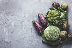 Odgórny widok na świeżych warzywach układał wokoło granicy na popielatym kuchennym countertop zdjęcie stock