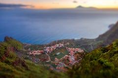 Odgórny widok na Agulo nabrzeżnej wiosce w Hiszpania Zdjęcie Stock