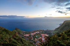 Odgórny widok na Agulo nabrzeżnej wiosce w Hiszpania Zdjęcia Stock