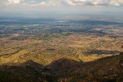 Odgórny widok na amerykańskim mieście pod górą obraz royalty free