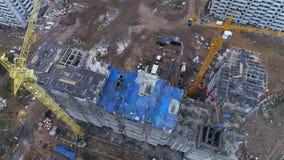 Odgórny widok na budowie z betonową pompą zbiory