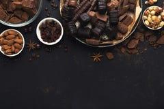 Odgórny widok na czekoladzie i dokrętkach na czarnym tle obraz stock