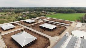 Odgórny widok na dachach nowożytny czysty fechtujący się gospodarstwo rolne z kwadratowymi padokami dla krów zbiory wideo