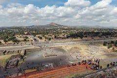 Odgórny widok na dolinnym pobliskim piramyd słońce teotihuacan Meksyk fotografia stock
