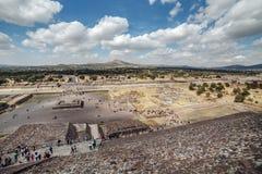 Odgórny widok na dolinnym pobliskim piramyd słońce teotihuacan Meksyk Zdjęcia Stock