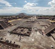 Odgórny widok na drodze piramyd słońce i nieboszczyk teotihuacan Meksyk Obraz Royalty Free