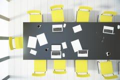 Odgórny widok na konferencyjnym stole, krzesłach i białej drewnianej podłoga, Zdjęcia Stock