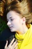 Odgórny widok na młodej kobiecie na trawie zdjęcia stock