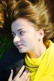 Odgórny widok na młodej kobiecie na trawie zdjęcie royalty free