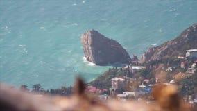 Odgórny widok na miasto krajobrazie z dennym brzeg i osamotneni rockowi stojaki jak falochron strzał Widok czarna morze zatoka i zbiory wideo