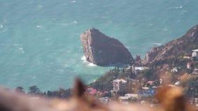 Odgórny widok na miasto krajobrazie z dennym brzeg i osamotneni rockowi stojaki jak falochron strzał Widok czarna morze zatoka i zdjęcie wideo