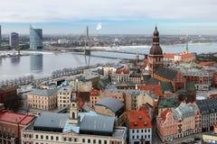 Odgórny widok na mieście, rzece i moscie, łotwa Riga obrazy stock