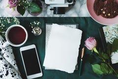Odgórny widok na mockup papier i smartphone na stole z różowymi różami i filiżanką kawy obraz stock