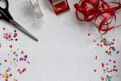 Odgórny widok na nożyce, kanałów confetti i taśmy i zdjęcie royalty free