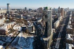 Odgórny widok na nowożytnym centrum biznesu Parus, bulwarze Lesia Ukrainka i ulicy Mechnikov zimy dniu w Kijów, Ukraina Obrazy Royalty Free