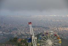 Odgórny widok na parku rozrywki z widokami Barcelona miasto Zdjęcie Royalty Free