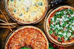 Odgórny widok na partyjnym jedzenie stole z pizzą fotografia royalty free