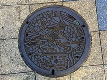 Odgórny widok na pięknej dekorującej Manhole pokrywie Osaka kasztel fotografia royalty free