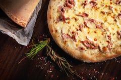 Odgórny widok na pizzy z ingridients Ser, ziele i pikantność na brązu tle, składniki żywności kulinarni włoskich Tradycyjny włosk zdjęcia stock