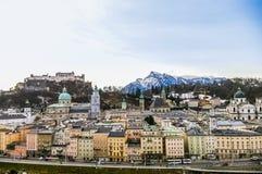 Odgórny widok na Salzburg mieście i Hohensalzburg fortecy przy zimą, Obrazy Stock