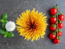 Odgórny widok na spaghetti z pomidorami i czosnkiem zdjęcia stock