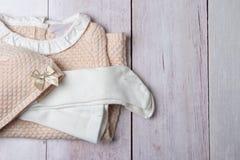 Odgórny widok na stercie kolorowi ubrania dla dziewczyny na jaskrawym rusti zdjęcie stock