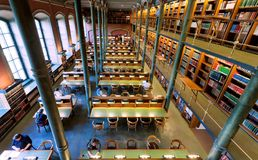 Odgórny widok na stołach z czytaniem i stading ludziach w Krajowej bibliotece Szwecja Fotografia Royalty Free