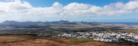 Odgórny widok na Teguise mieście od Grodowego wzgórza Lanzarote wyspa kanaryjska Tenerife zdjęcie royalty free