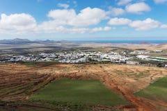 Odgórny widok na Teguise mieście od Grodowego wzgórza Lanzarote wyspa kanaryjska Tenerife zdjęcia stock