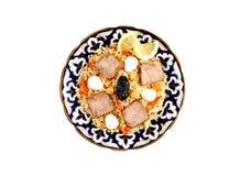 Odgórny widok na tradycyjnym azjatykcim pilau z mięsem w ceramicznym pucharze odizolowywającym fotografia royalty free