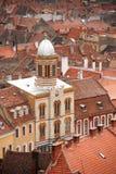Odgórny widok nad dziejowymi budynkami w Brasov, Rumunia - Obraz Stock