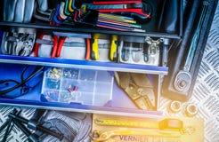 Odgórny widok narzędzia w pudełku na w kratkę półkowym tle w warsztacie Usługa narzędzia ustawiający Domowy budynek i elektryczni Obraz Royalty Free