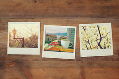 Odgórny widok natychmiastowy fotografia album na drewnianym tle Fotografia Stock