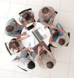 Odgórny widok nieformalny spotkanie z partnerami biznesowymi zdjęcie stock