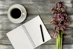 Odgórny widok notatnik, dzienniczek, pióro, kawa i purpurowy kwiat na szarym drewnianym stole lub, Płaski projekt obrazy stock