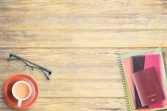 Odgórny widok notatnik, paszport, szkła i filiżanka kawy na offic, Zdjęcia Stock