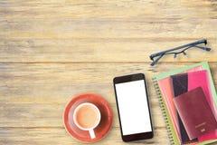 Odgórny widok notatnik, paszport, szkła i filiżanka kawy na offic, Zdjęcie Royalty Free