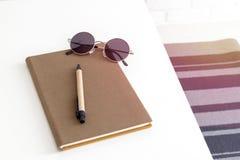 Odgórny widok notatnik, pióro i okulary przeciwsłoneczni, fotografia stock